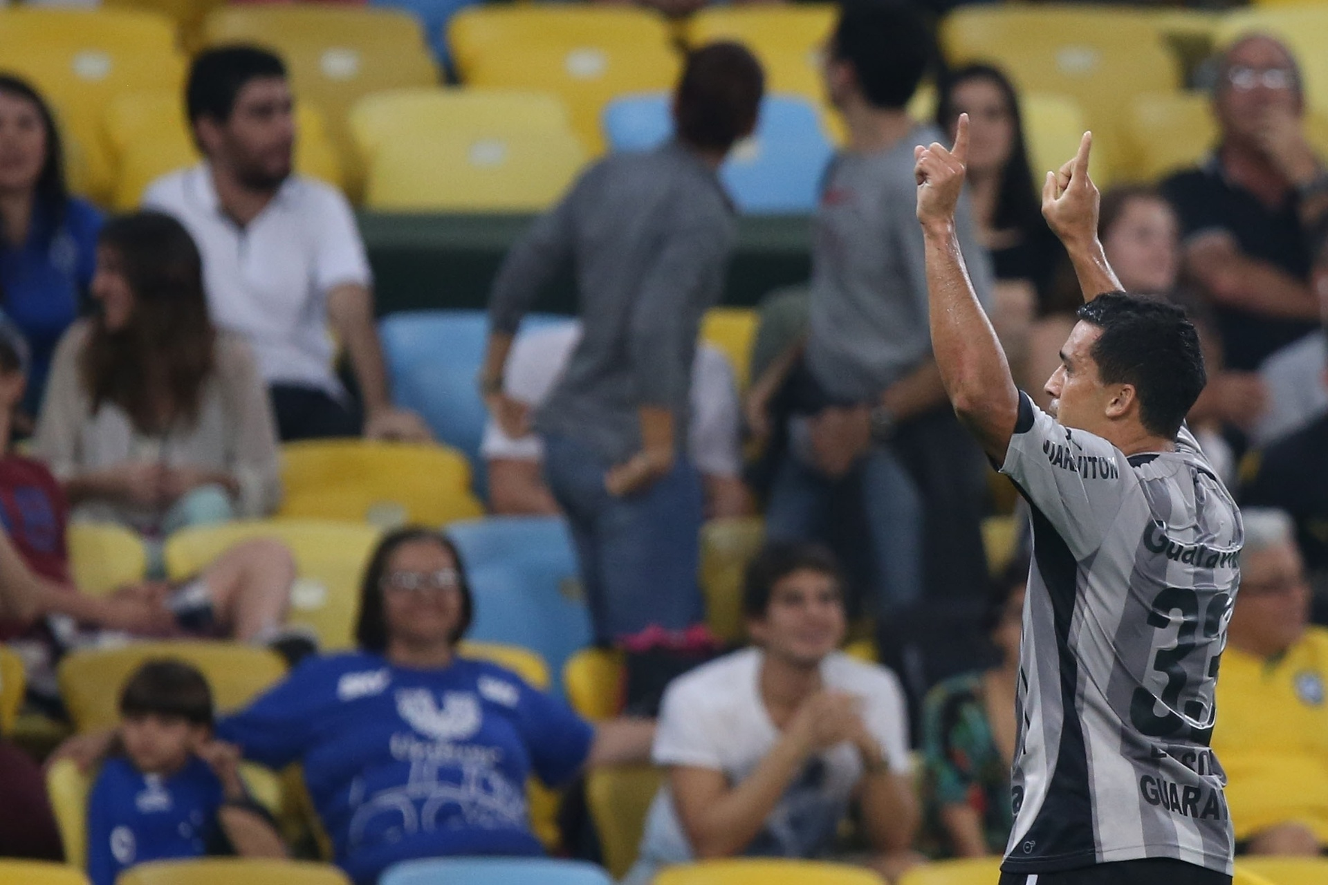 02.ago.2014 - Edilson comemora após abrir o placar para o Botafogo contra o Cruzeiro, no Maracanã