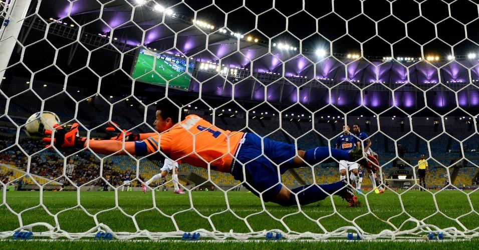 02.ago.2014 - Goleiro Fábio não alcança a bola e Botafogo faz o primeiro contra o Cruzeiro pelo Brasileirão