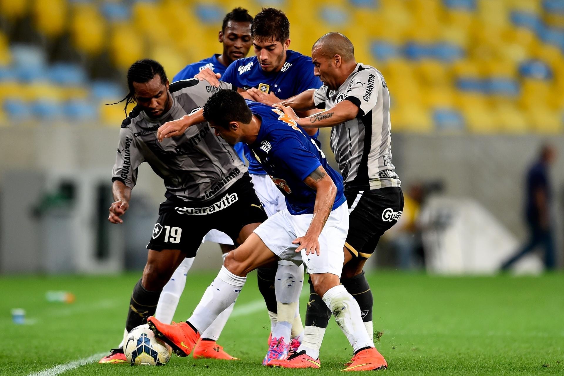 02.ago.2014 - Jogadores de Botafogo e Cruzeiro brigam pela bola no empate por 1 a 1 no Maracanã, pelo Brasileirão