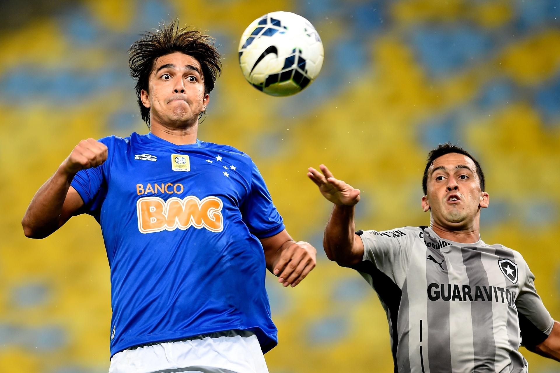 02.ago.2014 - Marcelo Moreno, do Cruzeiro, domina a bola durante o jogo contra o Botafogo, pelo Brasileirão