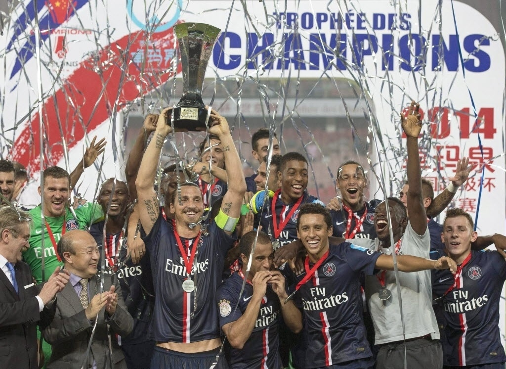 Ibrahimovic levanta troféu da Supercopa da França. PSG venceu o Guingamp por 2 a 0, com dois gols do atacante sueco