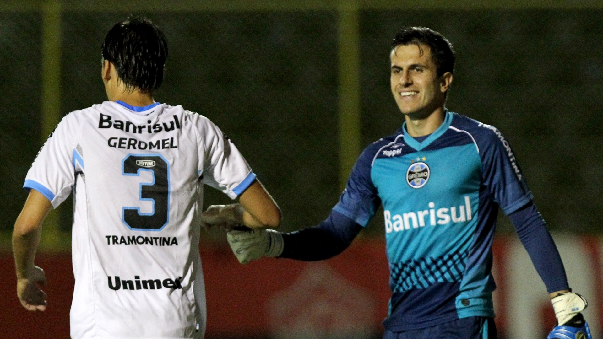 02.ago.2014 - Marcelo Grohe e Geromel comemoram após o Grêmio abrir o placar contra o Vitória, pelo Brasileirão