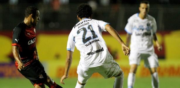 Marcinho, do Vitória, encara a marcação do gremista Breno durante o jogo válido pelo Brasileirão