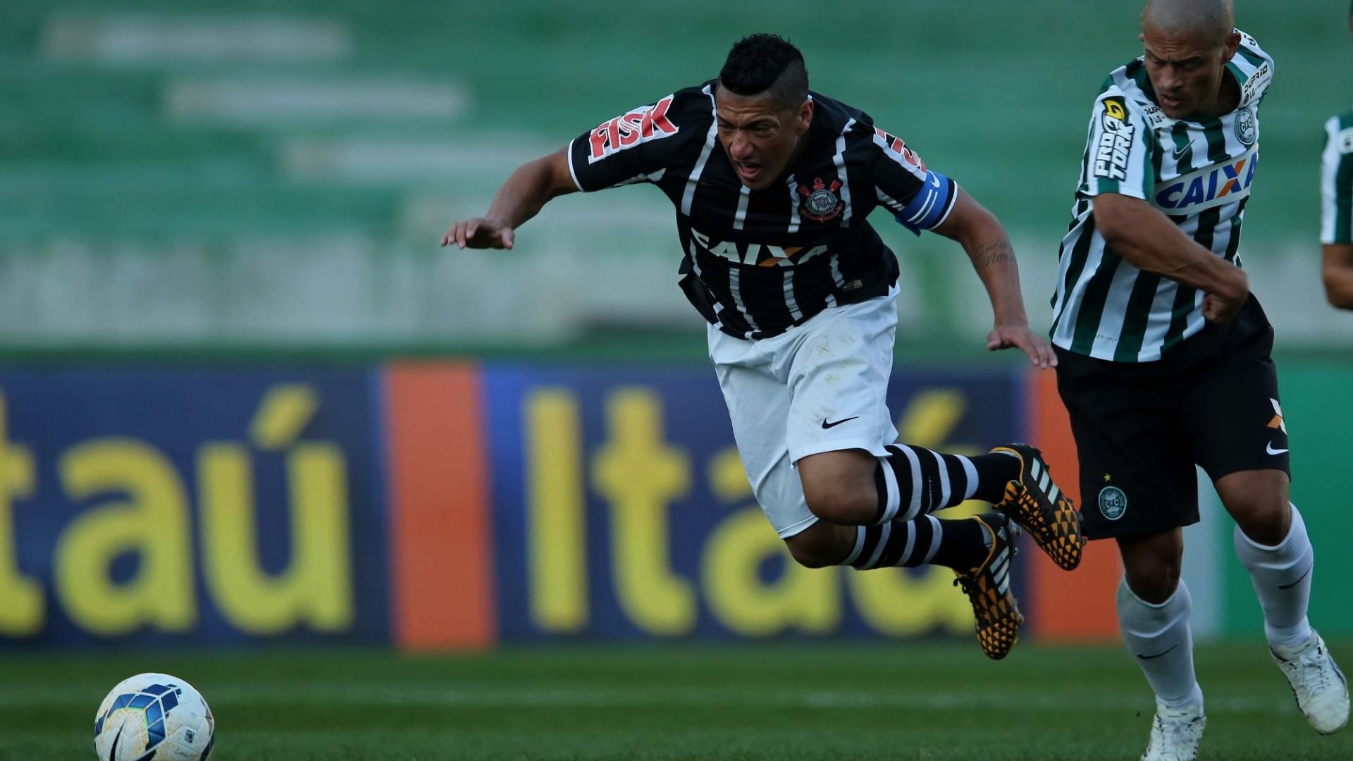 Alex derruba Ralf em partida entre Corinthians e Coritiba pelo Brasileirão