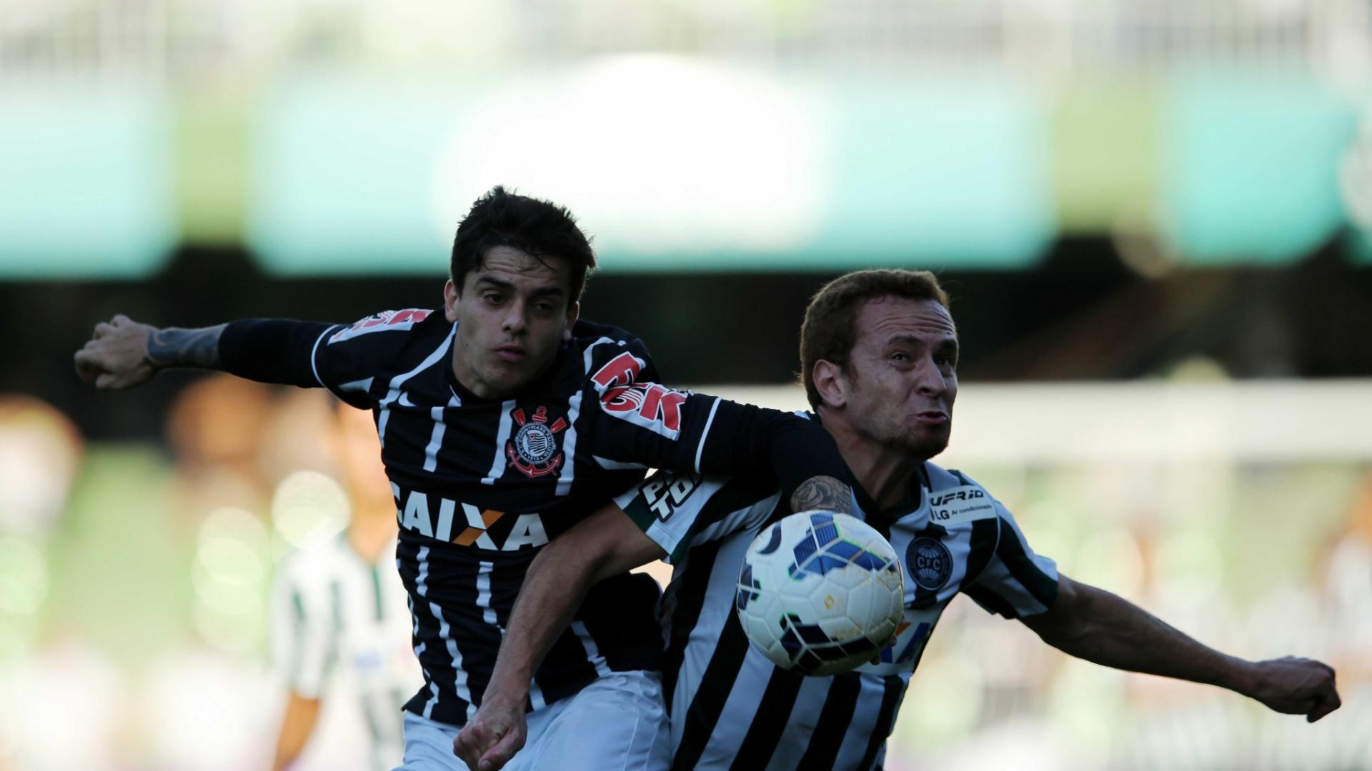 Fágner, que foi expulso no jogo entre Corinthians e Coritiba, disputa bola