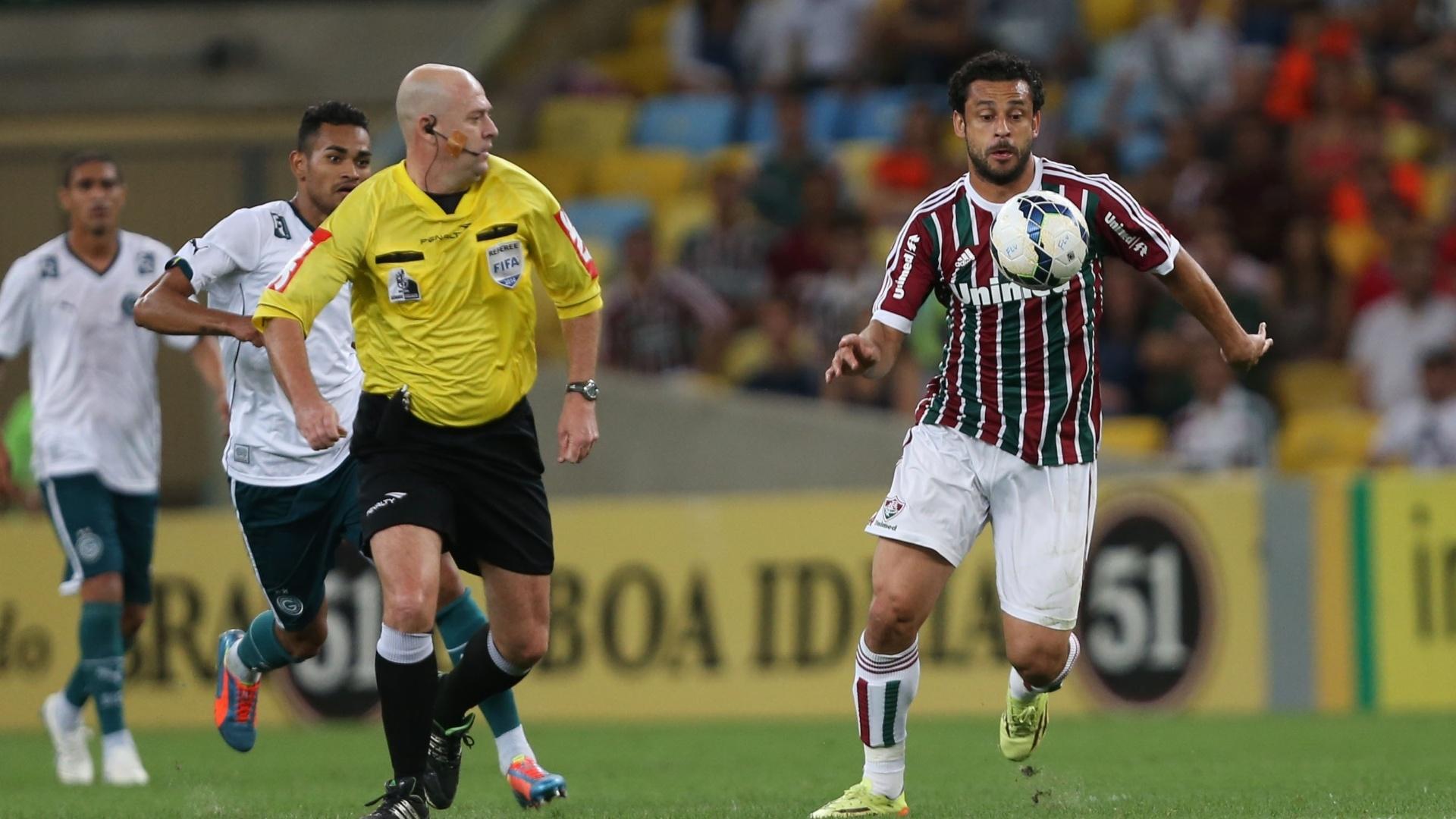 Fred mata a bola e tenta comandar ataque do Fluminense em partida contra o Goiás, pela 13ª rodada do Brasileiro
