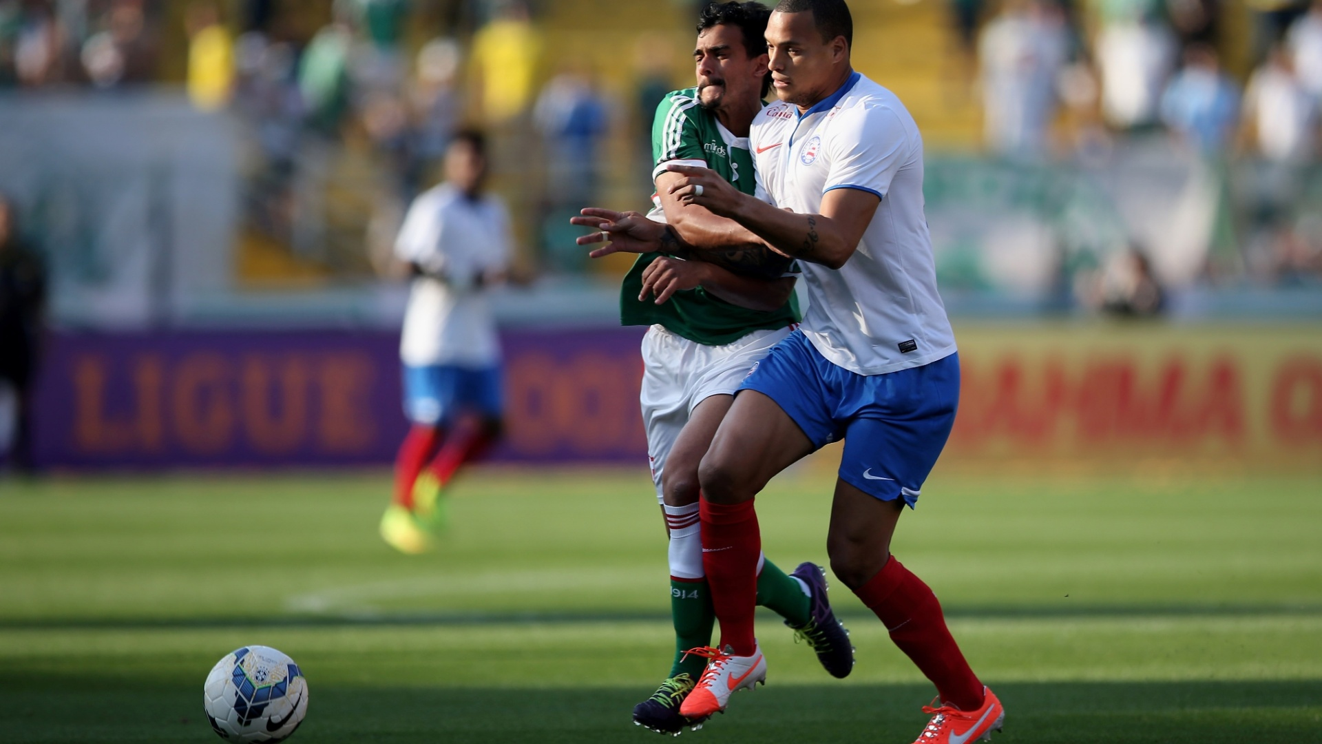 Henrique encara a marcação de Titi no jogo entre Palmeiras e Bahia