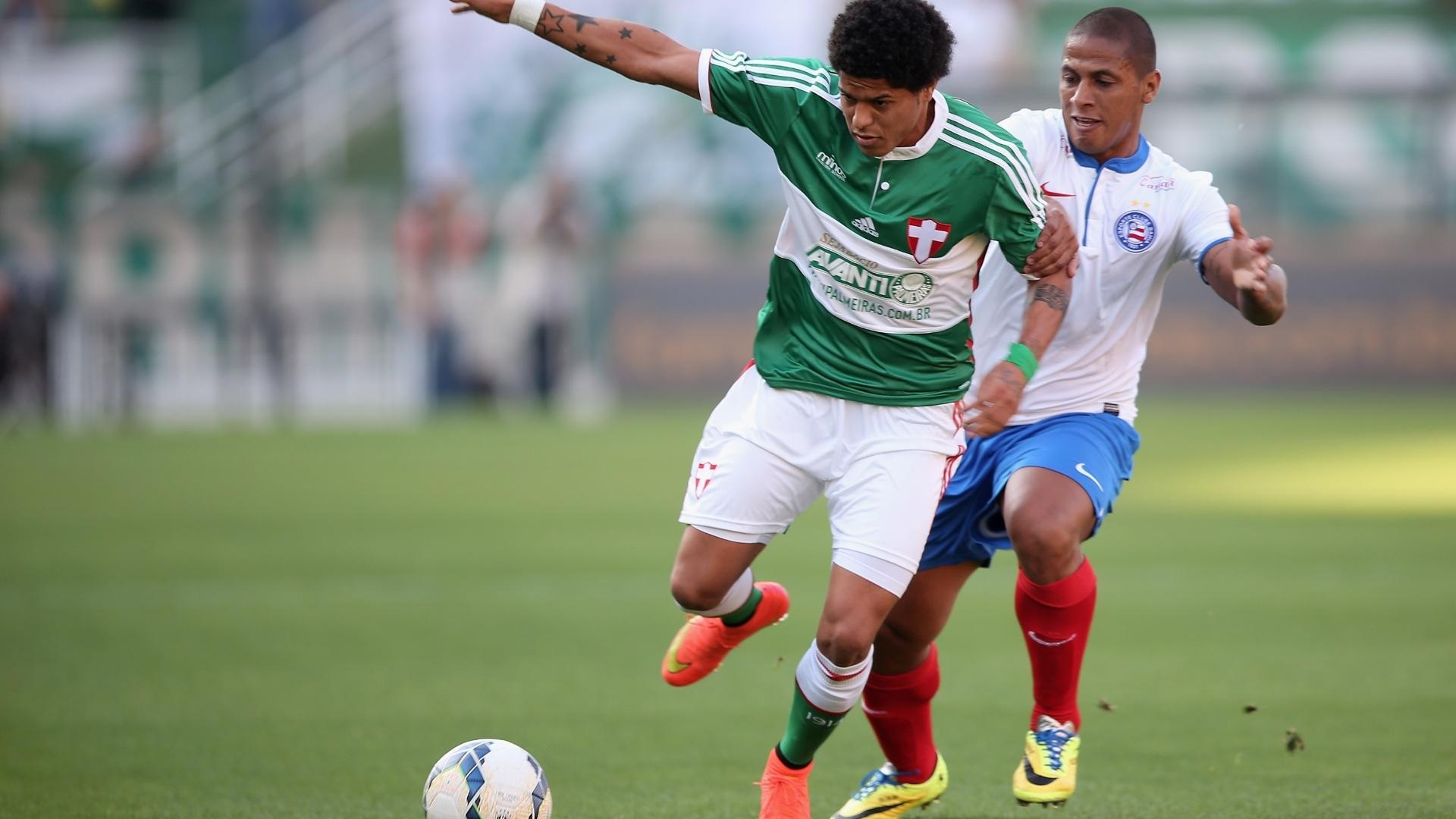 Leandro tenta se livrar da marcação do Bahia no jogo do Palmeiras