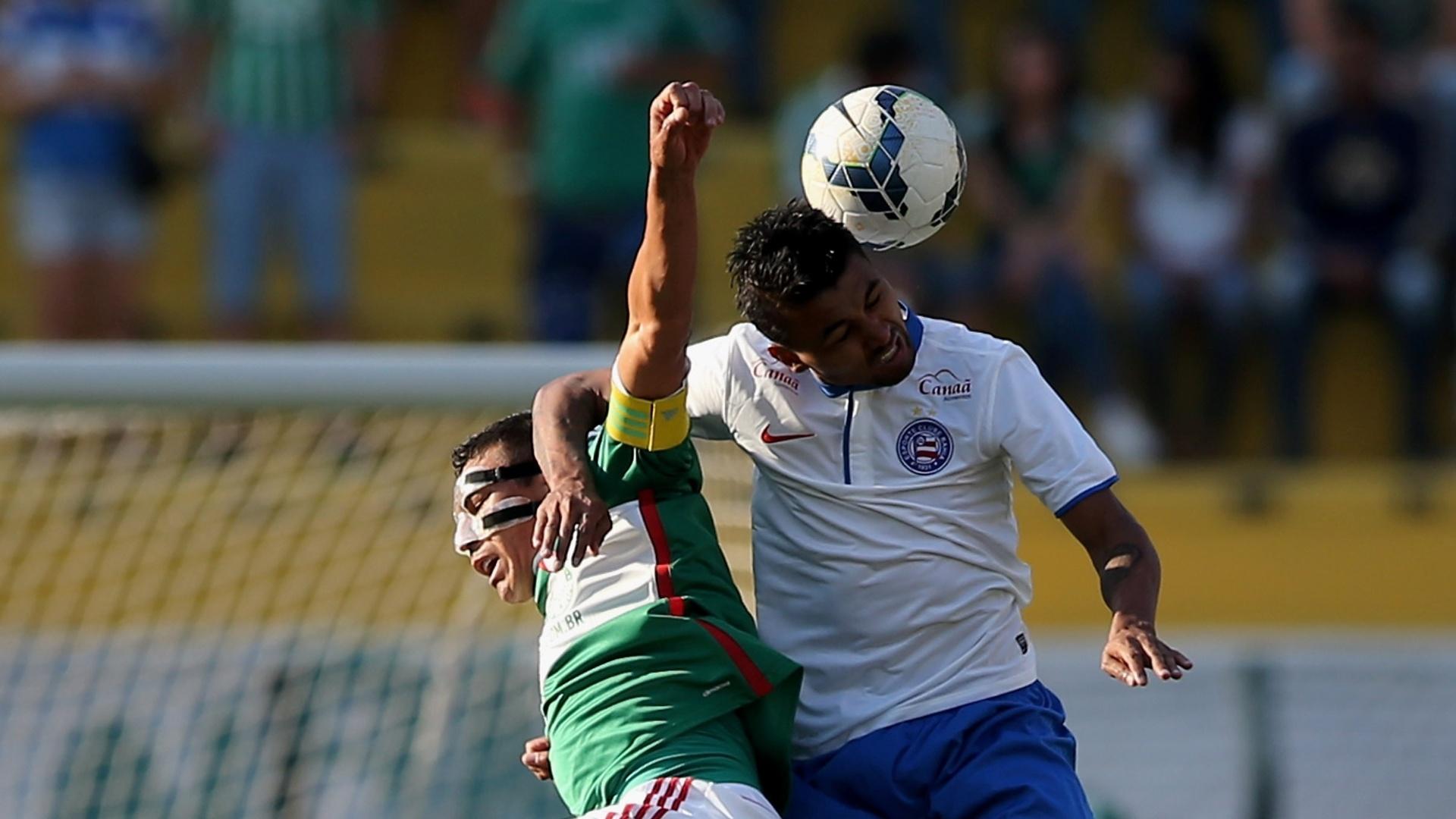 Lúcio e Kieza disputam bola de cabeça no jogo entre Palmeiras e Bahia