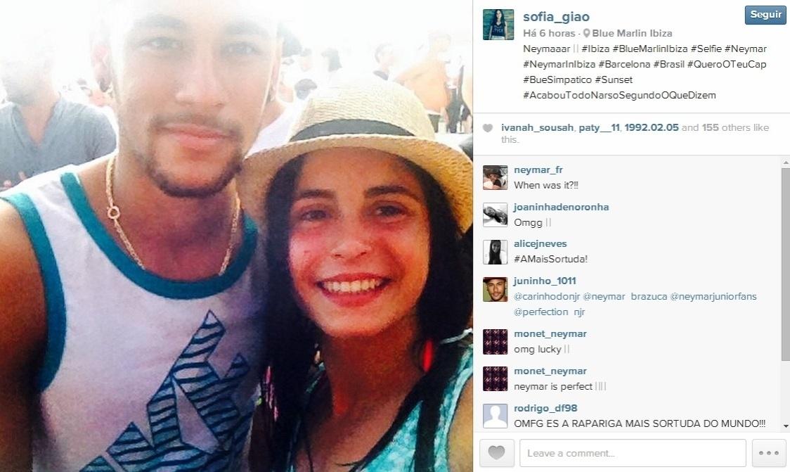 Neymar aproveita foto e dá atenção para fã
