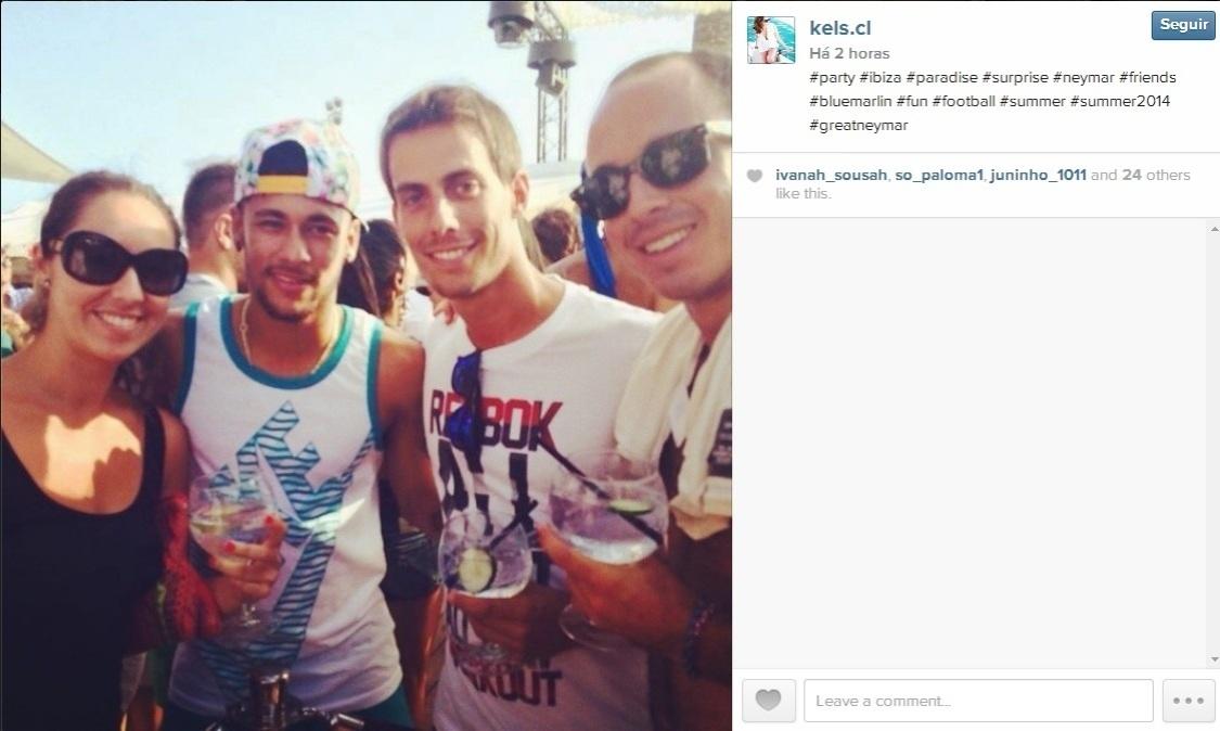 Neymar aproveita foto e dá atenção para fãs