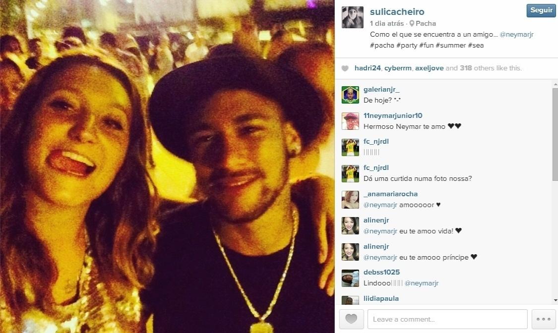 Neymar tira foto com fãs na balada em Ibiza