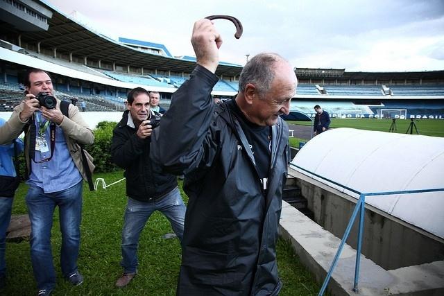 04 ago 2014 - Felipão recebe ferradura de torcedor do Grêmio para dar 'boa sorte'