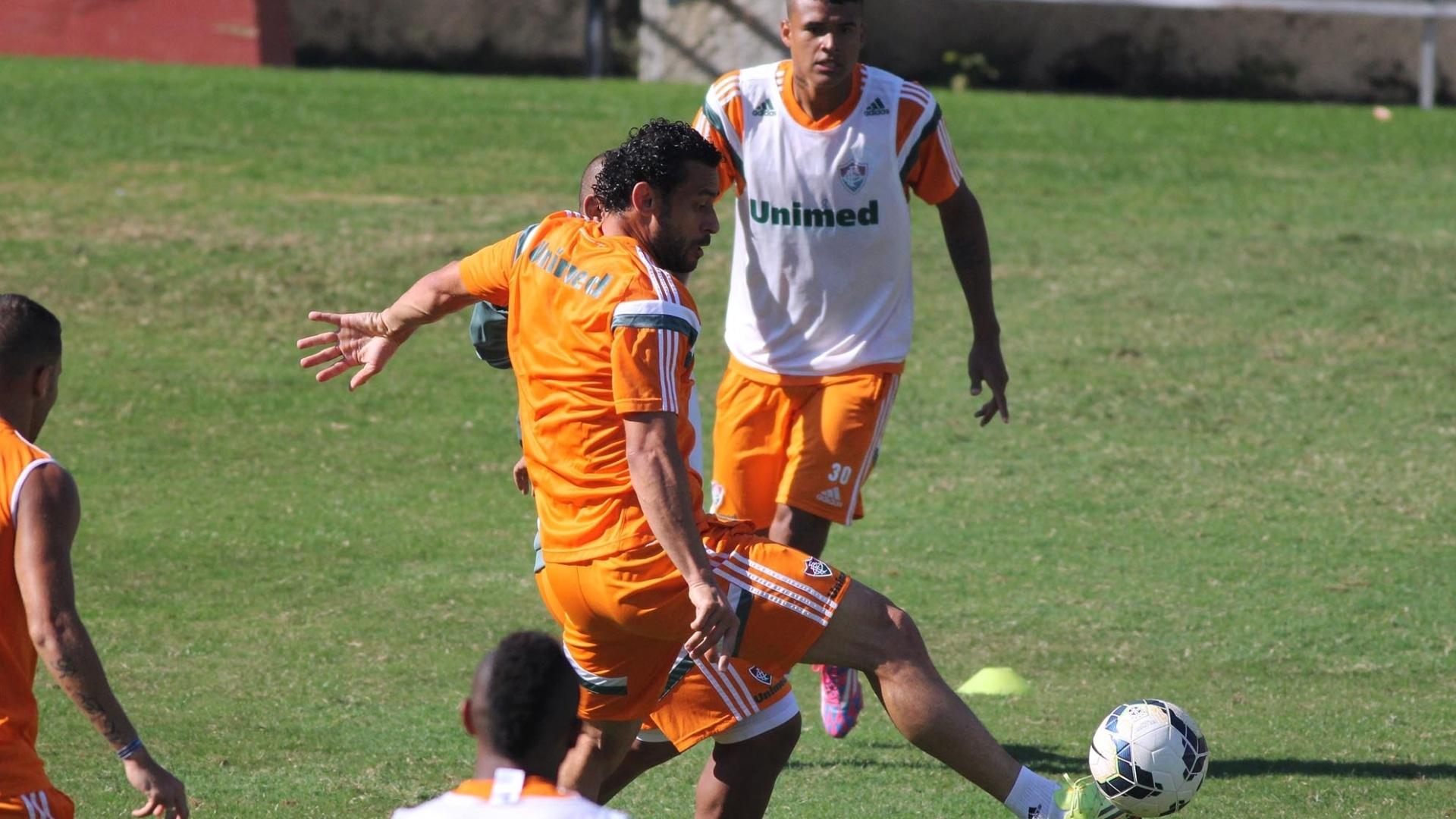 04 ago. 2014 - Fred tenta dominar a bola durante treinamento com reservas do Fluminense, nas Laranjeiras