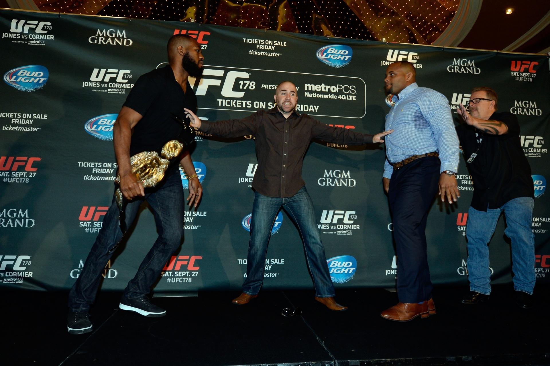 Assessor do UFC tenta separar Jon Jones e Daniel Cormier antes de eles brigarem em evento de promoção do UFC