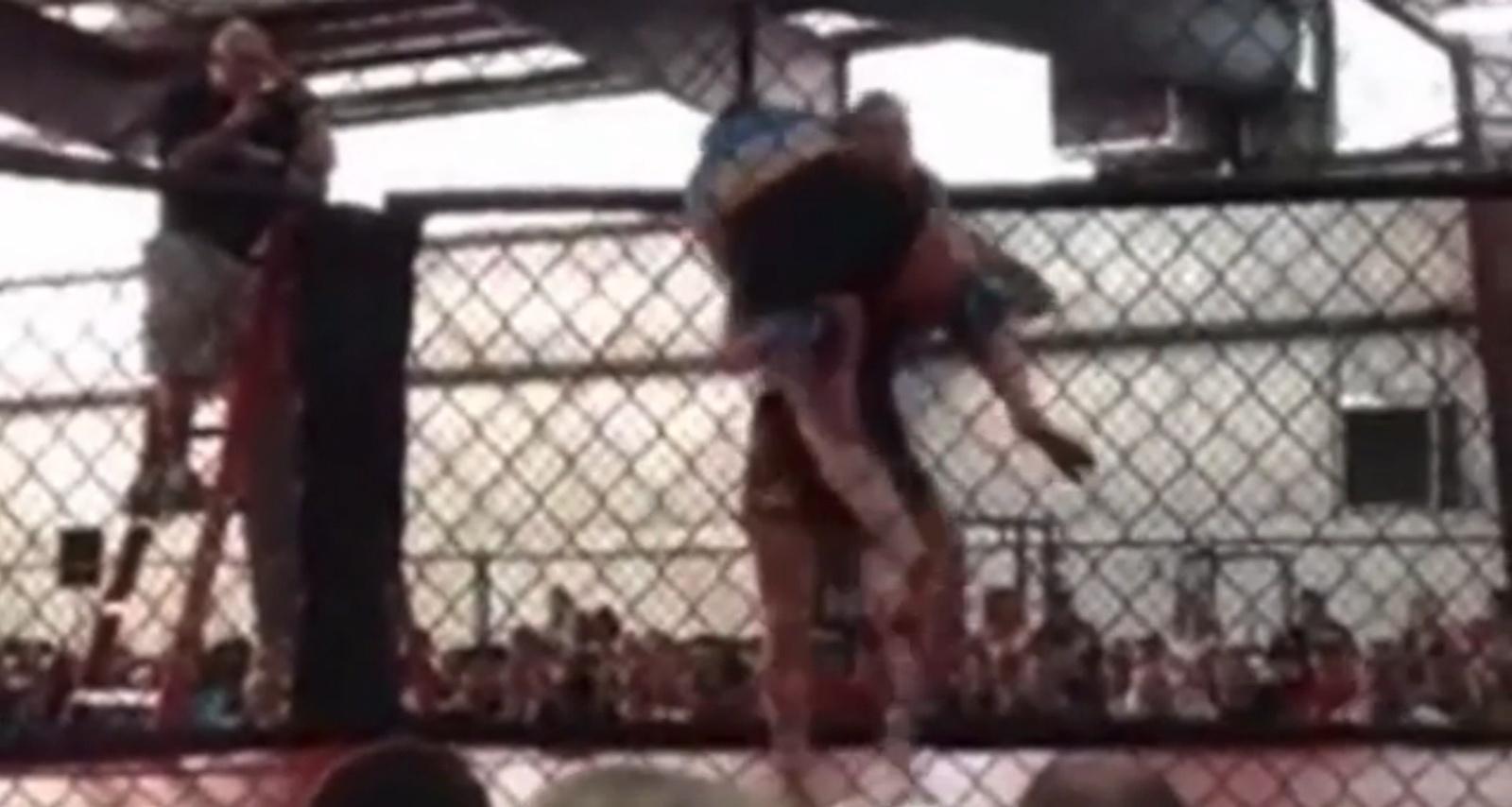 Lutadora consegue nocaute com queda após carregar rival