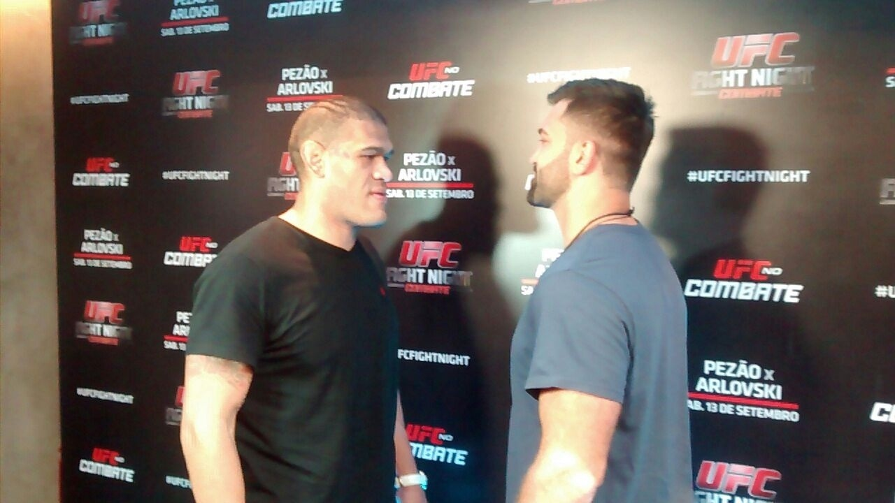 05.ago.2014 - Antônio Pezão e Andrei Arloviski dão encarada em evento promocional do UFC Brasília