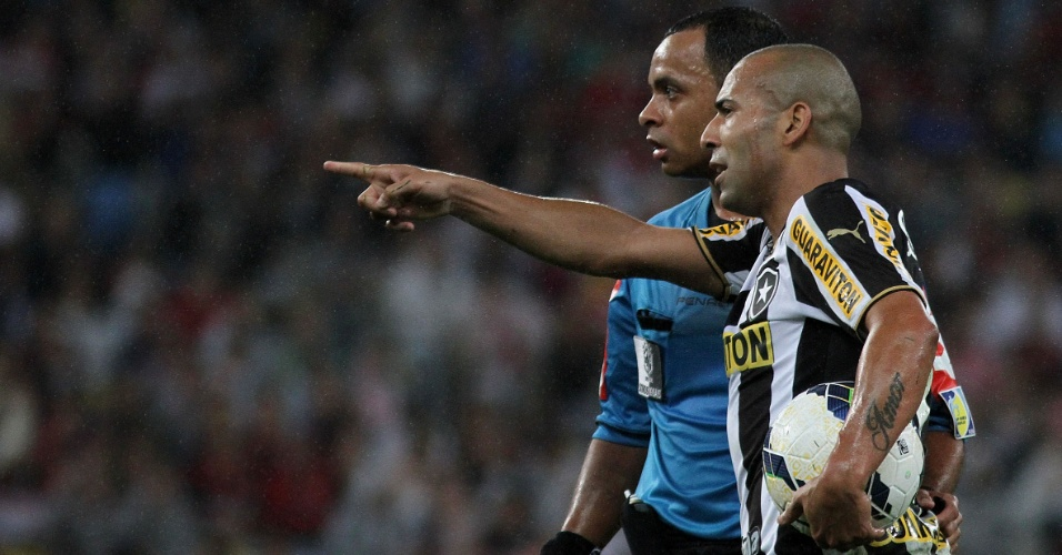 27 jul. 2014 - Emerson Sheik conversa com o árbitro Wilton Pereira Sampaio durante clássico entre Botafogo e Flamengo