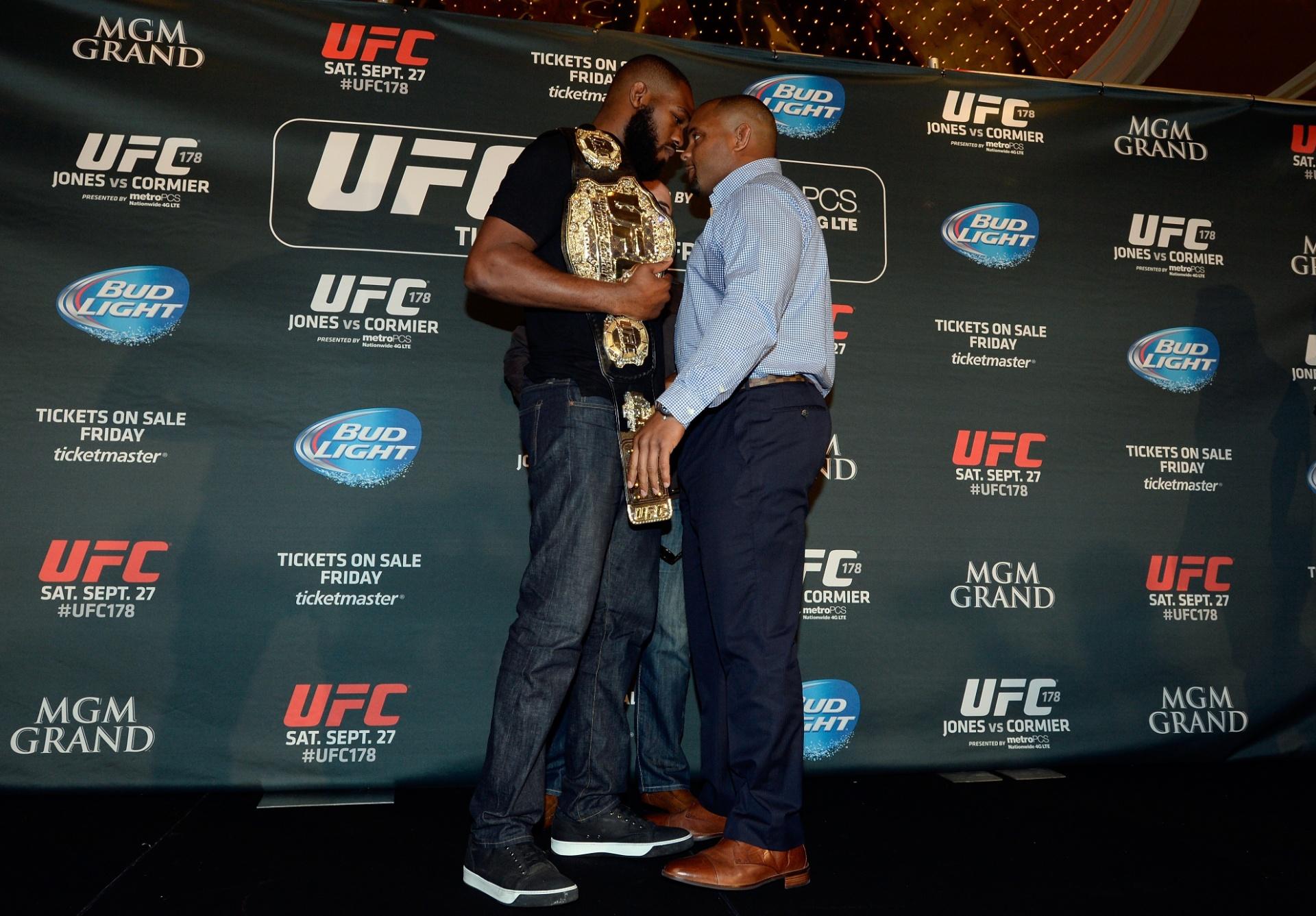 Jon Jones e Daniel Cormier se encaram antes de brigarem em evento de divulgação do UFC 178
