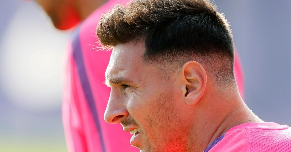 Lionel Messi aparece no treinamento do Barcelona com novo corte de cabelo