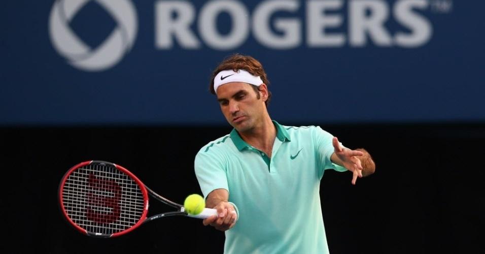 Roger Federer rebate a bola durante o fácil triunfo sobre Peter Polansky na segunda rodada de Toronto