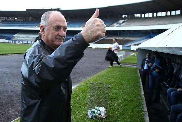 06 ago 2014 - Felipão cumprimenta torcedores em treinamento do Grêmio