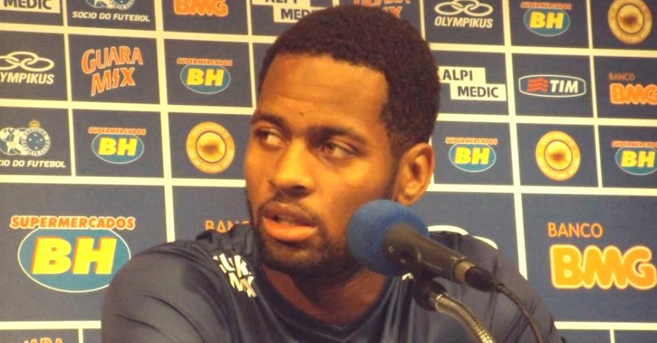 6 Ago. 2014 - Zagueiro Dedé, do Cruzeiro, durante entrevista coletiva na Toca da Raposa II