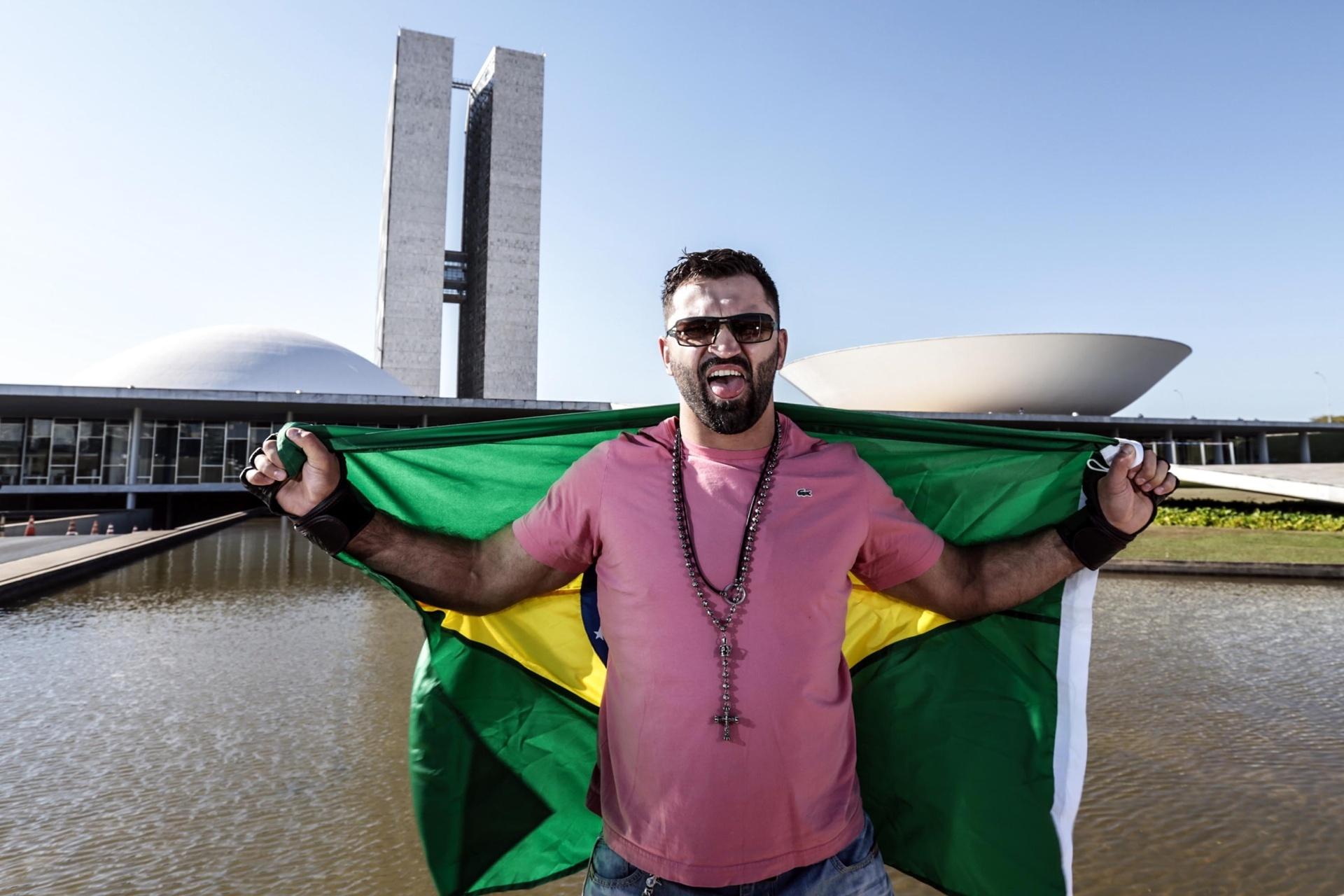 Bielorrusso Andrei Arlovski posa com a bandeira brasileira em frente ao Congresso Nacional, em evento promocional do UFC de Brasília, em 13 de setembro