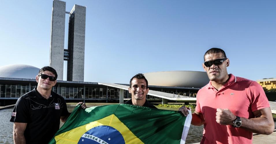 Brasileiros Paulo Thiago, Rani Yahya e Antonio Pezão posam em Brasília, para promover o UFC de 13 de setembro