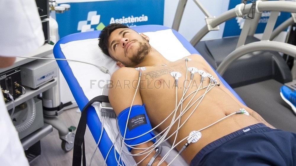 Neymar realiza exames médicos em seu retorno ao Barcelona