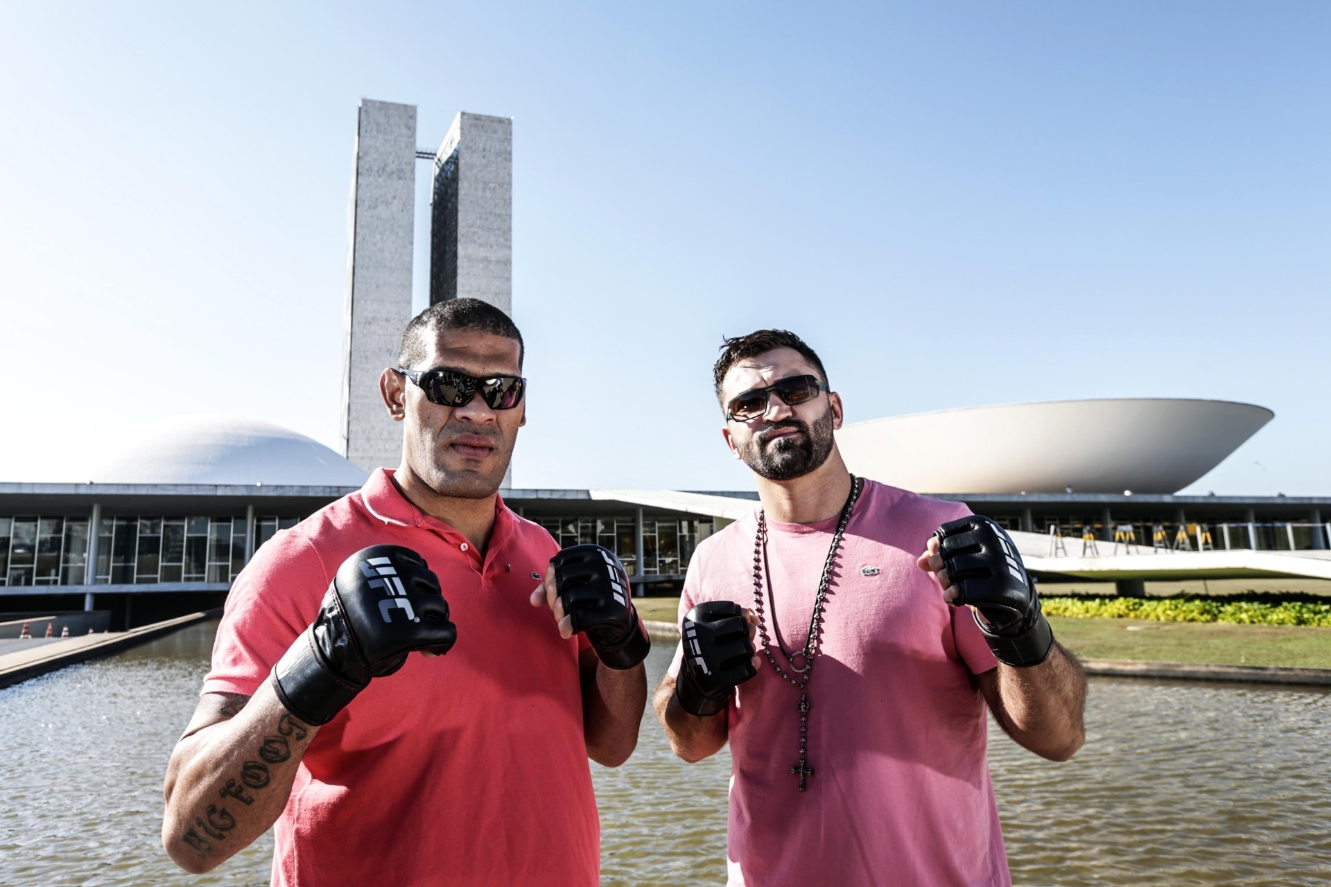 Pezão e Andrei Arlovski posam em frente ao Congresso Nacional antes de se enfrentarem em uma luta de pesos pesados no UFC de Brasília, em 13 de setembro