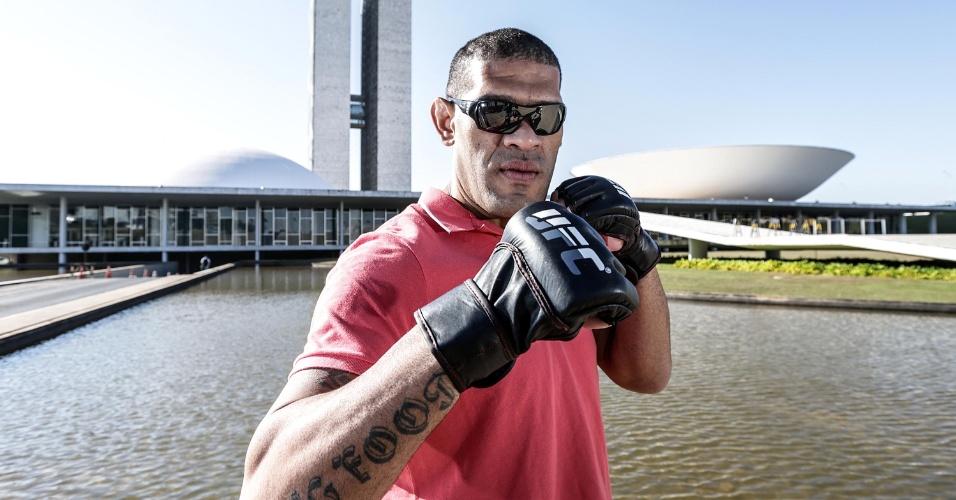 Pezão posa em Brasília em promoção ao UFC que será sediado na capital federal em 13 de setembro. Ele pega Andrei Arlovski, ex-campeão dos pesados
