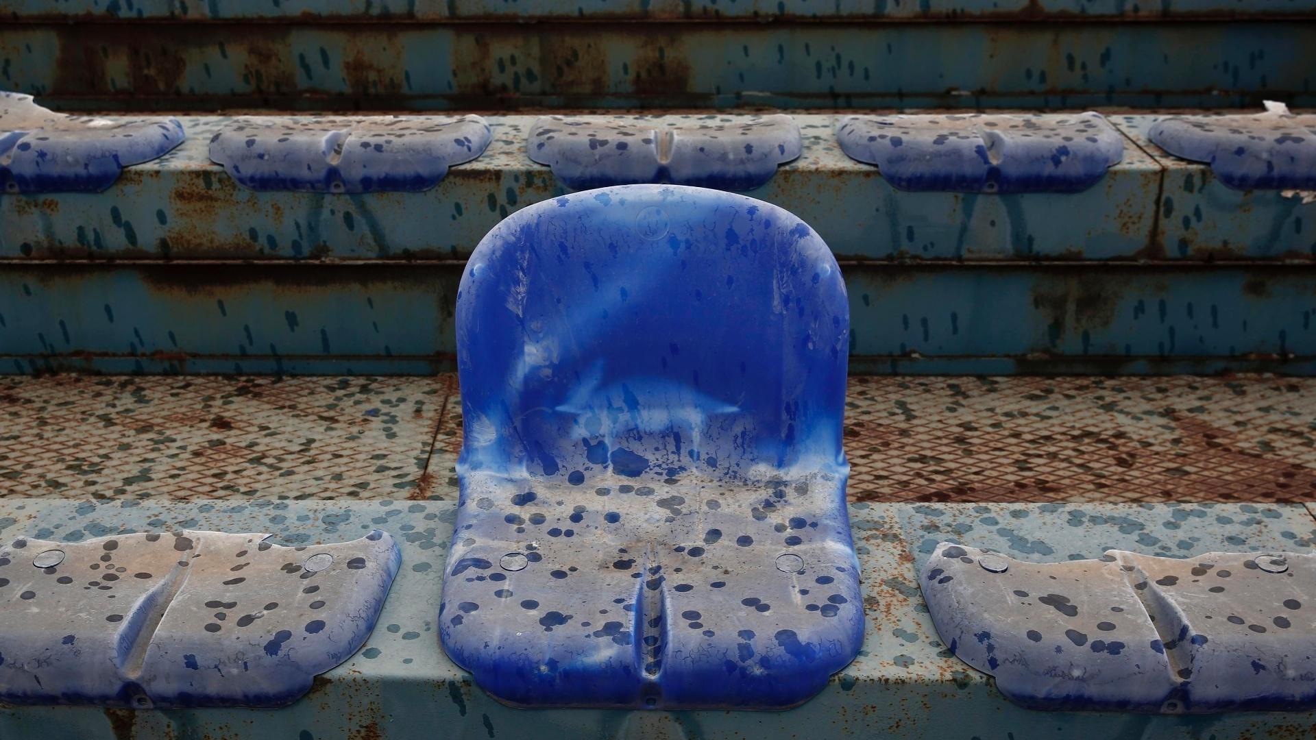 07.jul.2014 - Foto mostra cadeira quebrada no abandonado estádio que recebeu jogos de beisebol na Olimpíada de Atenas em 2004