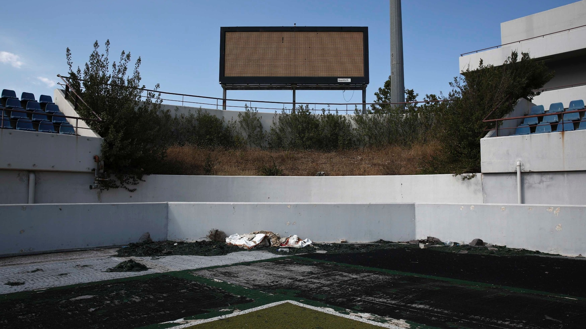 16.jul.2014 - Estádio que recebeu os jogos de hóquei na grama na Olimpíada de Atenas também está inutilizado, 10 anos depois após o evento