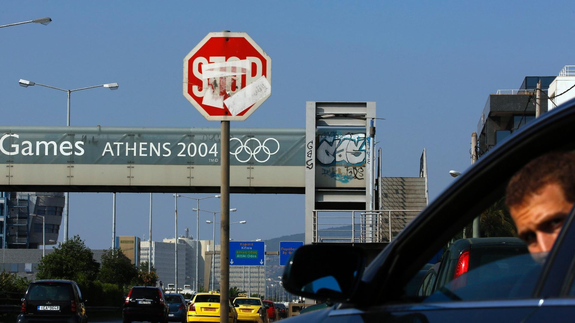 25.jul.2014 - Passarela com o logo dos Jogos Olímpicos de Atenas está pichada. Dez anos após a realização do evento, a capital grega quase não tem legado real da Olimpíada