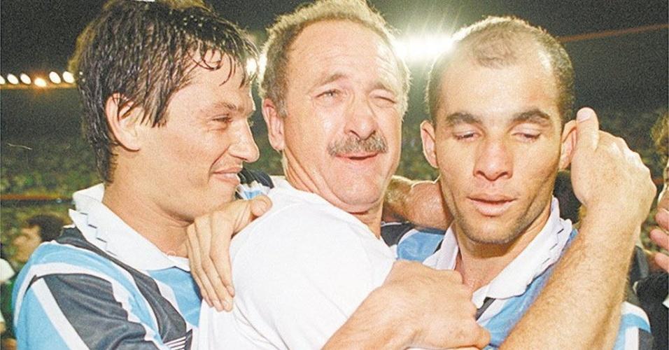 Luiz Felipe Scolari comemora a conquista da Libertadores de 1995 abraçado com Adílson (esquerda) e Dinho