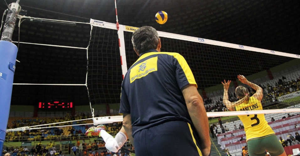 08.ago.2014 - Dani Lins faz levantamento observada pelo técnico José Roberto Guimarães na partida contra a Coreia do Sul