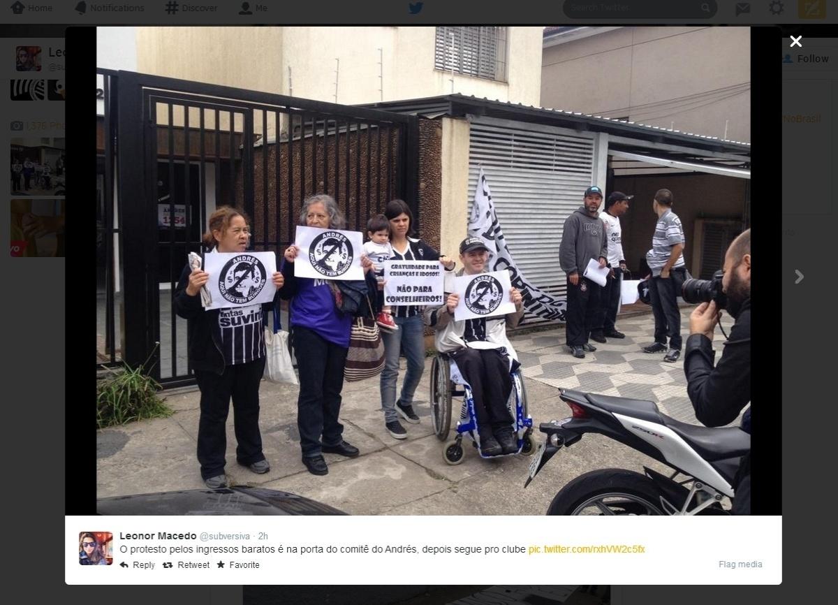 Corintianos fazem protesto contra o preço dos ingressos na porta do comitê eleitoral de Andrés Sanchez
