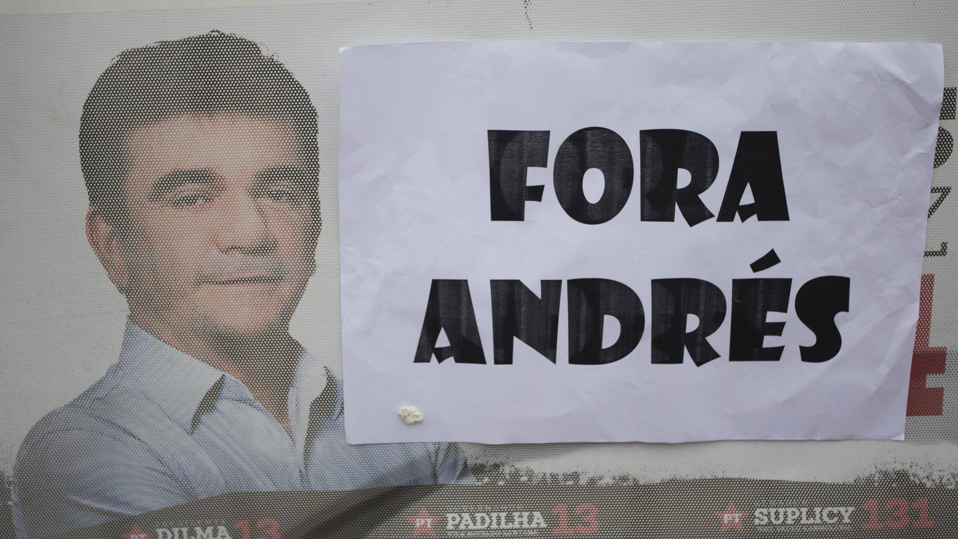 Manifestantes cobrem número de campanha de Andrés Sanchez com a frase