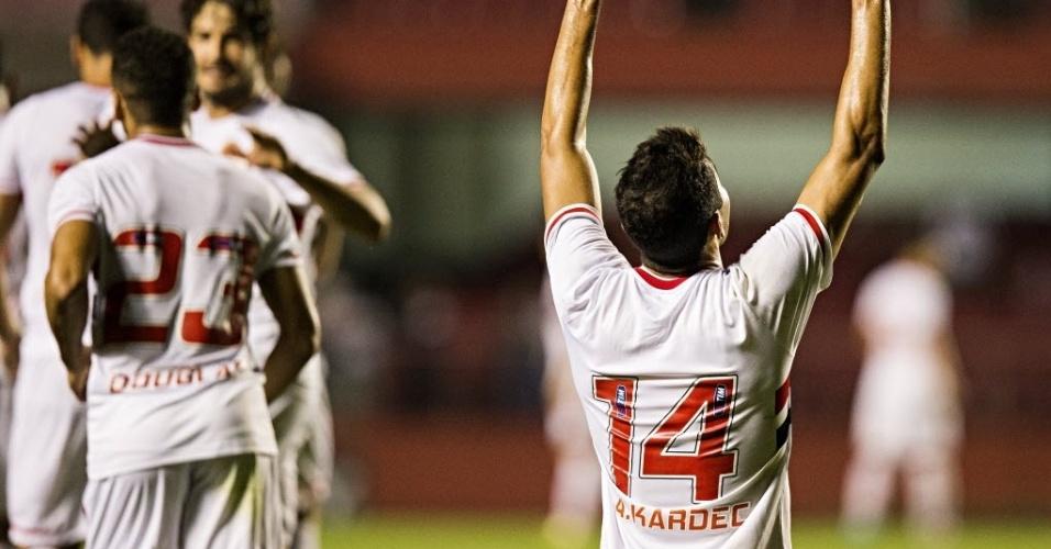 Alan Kardec aponta para o céu após marcar para o São Paulo sobre o Vitória