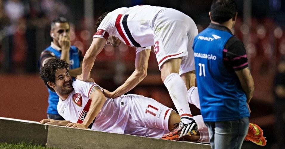 Alexandre Pato é abraçado por Kaká ao marcar seu primeiro gol para o São Paulo sobre o Vitória