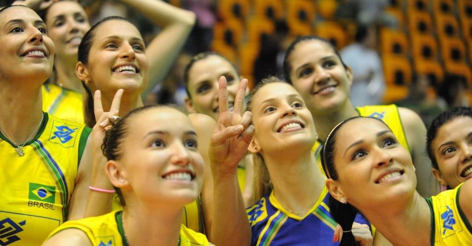 Jogadoras da seleção brasileira posam para fotos antes da partida contra os Estados Unidos em São Paulo, pelo Grand Prix