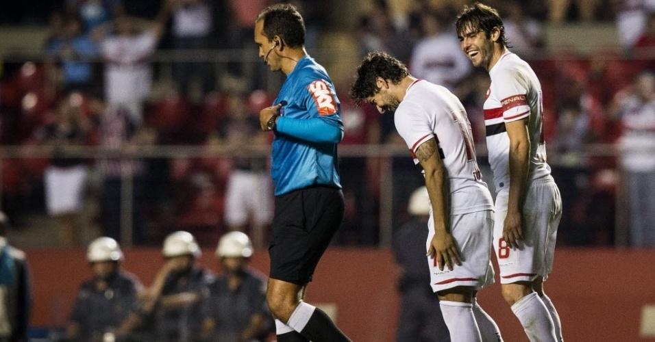 Pato e Kaká sorriem após gol do São Paulo sobre o Vitória no Morumbi