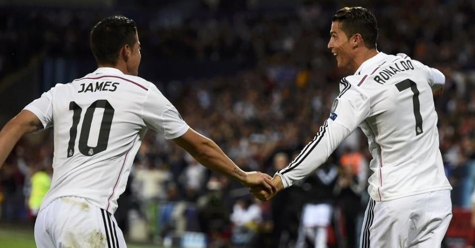 Cristiano Ronaldo sai para comemorar, ao lado de James, seu segundo gol para o Real Madrid na final da Supercopa da Europa contra o Sevilla