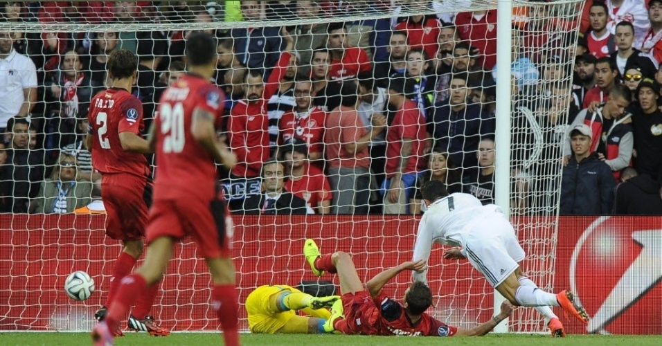 Cristiano Ronaldo toca a bola para o gol do Sevilla para marcar o 1° do Real na final da Supercopa
