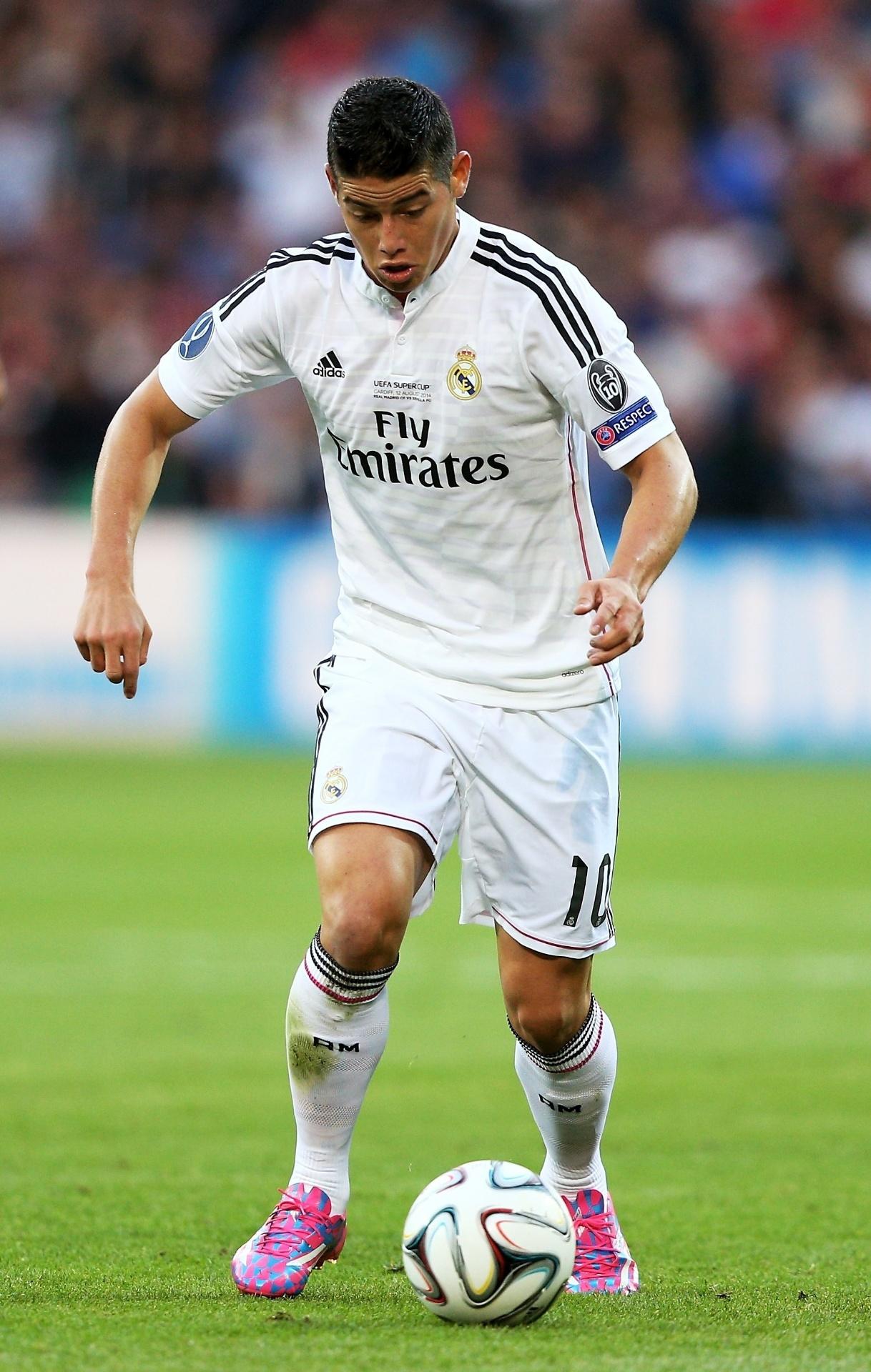 James Rodriguez tenta dominar bola na partida decisiva pela Supercopa da Europa, contra o Sevilla