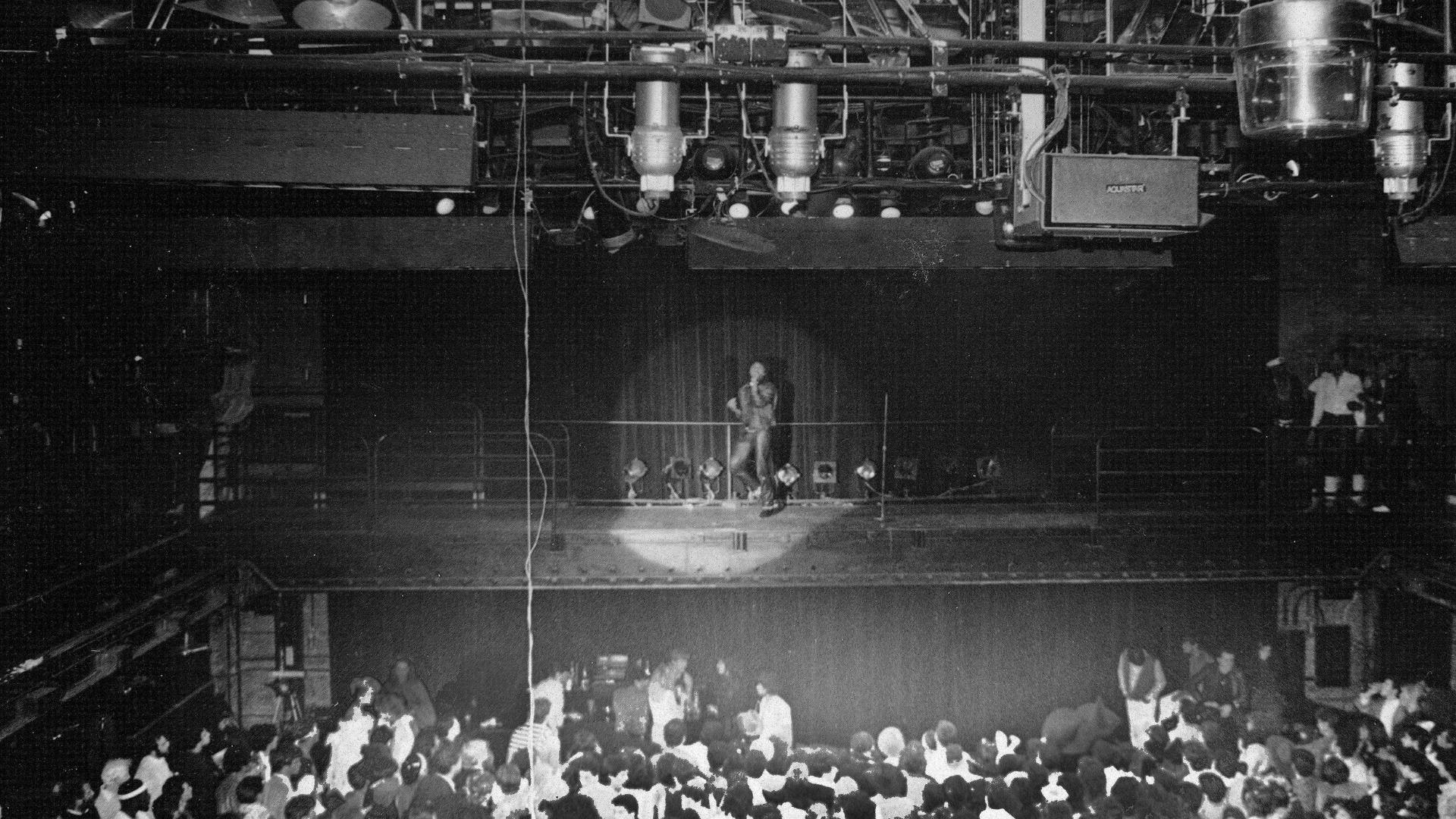 Michael Jackson canta no Studio 54, discoteca em Nova York, em 1975