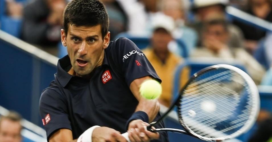 Novak Djokovic tenta golpe de backhand na partida contra Gilles Simon em Cincinnati