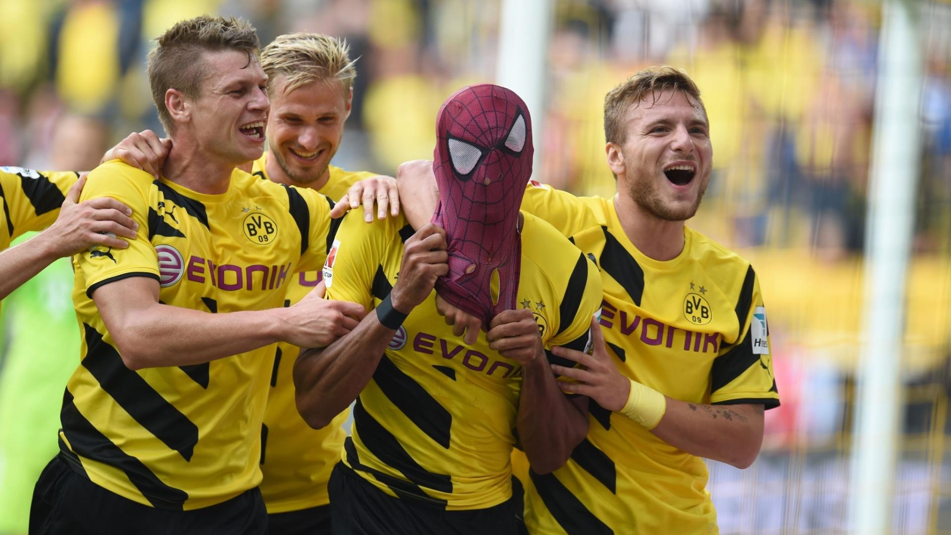 Aubameyang comemora gol pelo Borussia Dortmund com máscara de homem-aranha na partida contra o Bayern de Munique pela Supercopa da Alemanha