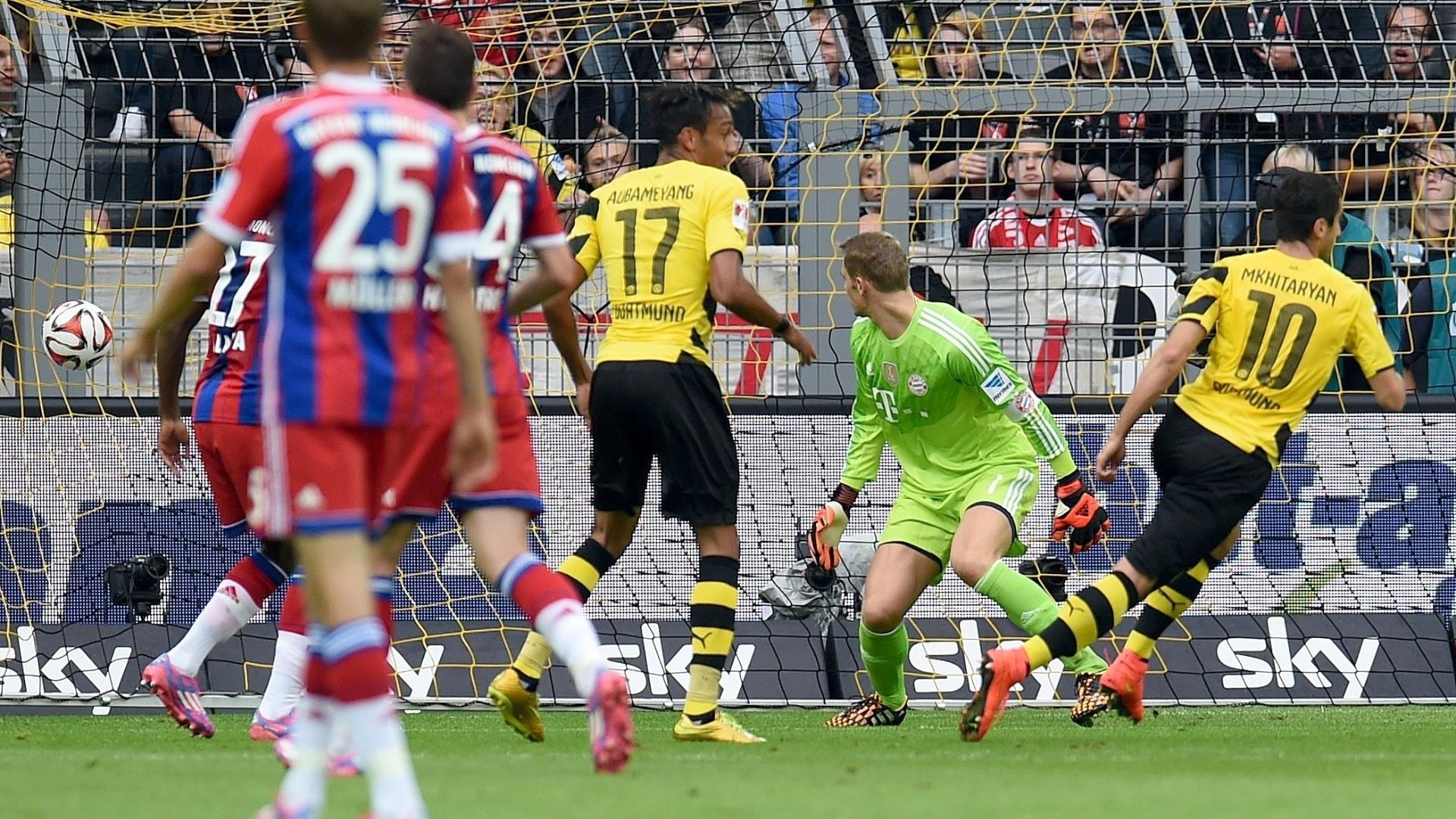 Goleiro campeão do mundo pela seleção alemã Manuel Neuer apenas olha a bola entrar no gol na partida do Bayern de Munique contra o Borussia Dortmund pela Supercopa da Alemanha